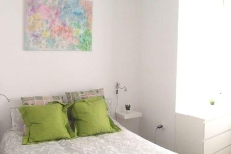 Habitación con cama doble. - El Prat de Llobregat - Apartamento
