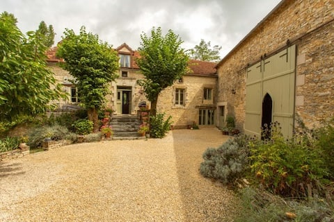 Simply lovely farmhouse, heated pool walled garden