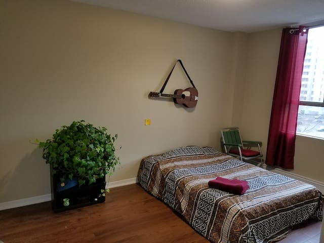 Large Bright Room with free gym and coffee