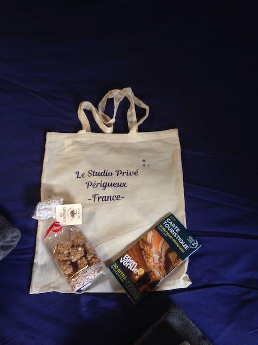 Tote bag+guide touristique+une douceur du Périgord vous sont offerts .