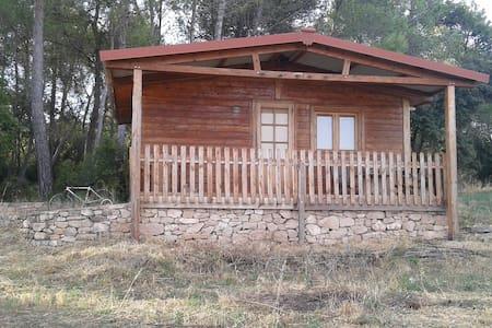 CABAÑA DE MADERA EN ZONA RURAL. - Camps - Kisház