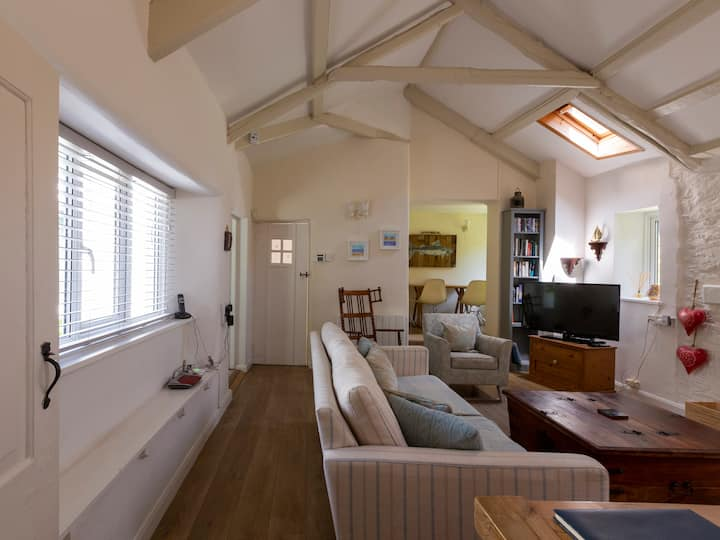 Cosy cottage, walk to beach and pub, dog welcome