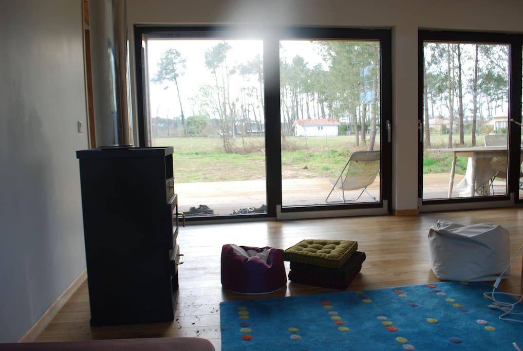 Le salon donne sur une grande terrasse et sur le jardin de 3000 M2