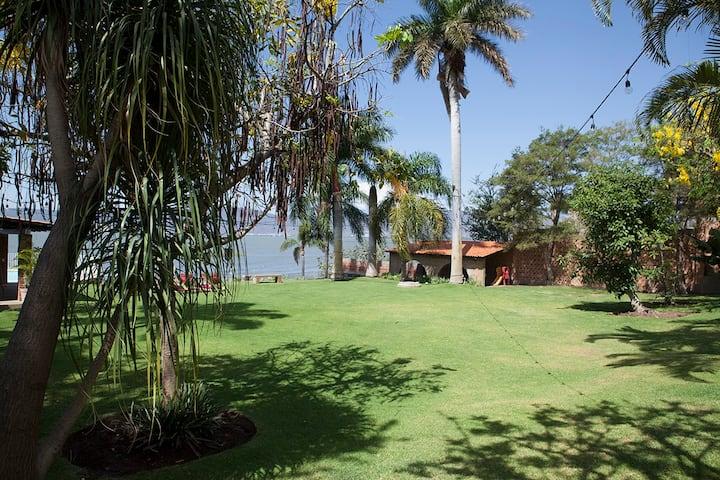 Villa Mompracem frente al lago de Chapala.
