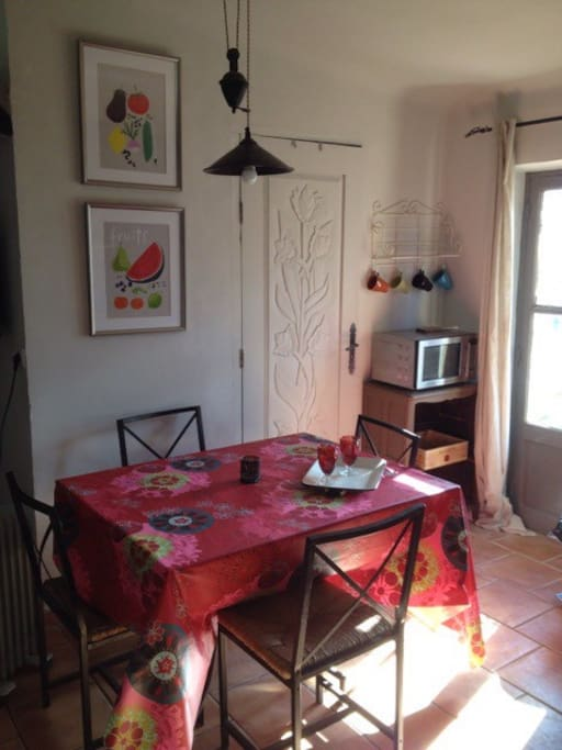 Vieil antibes studio avec balcon appartements louer for Salle a manger but olivia