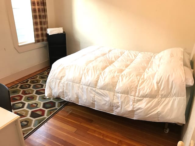 Cozy room, desk, public transportation, clean! - Medford - Appartement