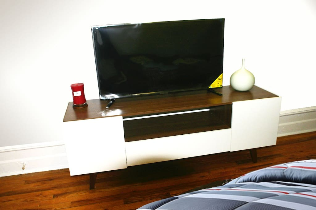 "GORGEOUS BEDROOM SIDEBOARD TABLE WITH 40"" TV"