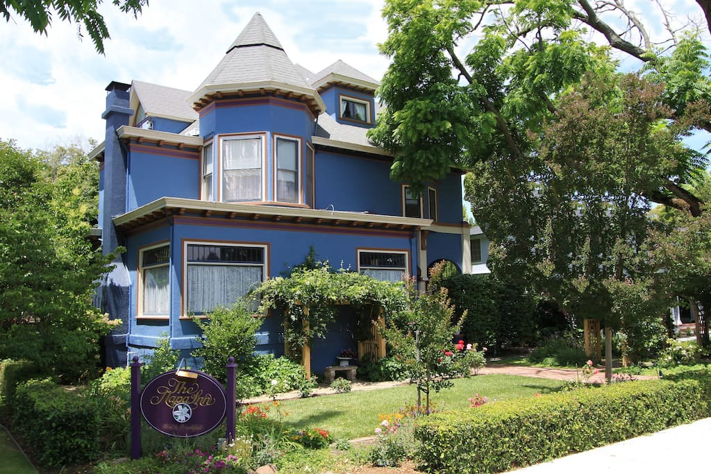 the Napa Inn - steps to historic downtown Napa restaurants, shops and wine tasting rooms.