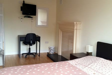 Private room in luxury house in Cherrywood - Dublin