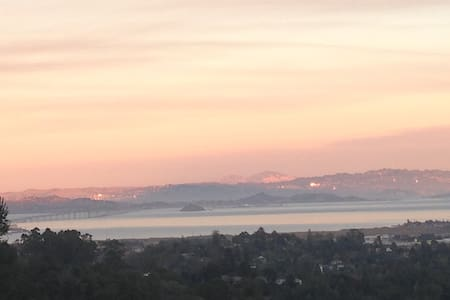 Larkspur room with bay view. Easy access to SF - Larkspur