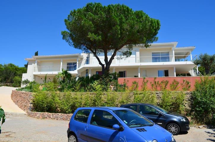 Chambre dans villa avec piscine, jardin, vue mer - Sète - Villa