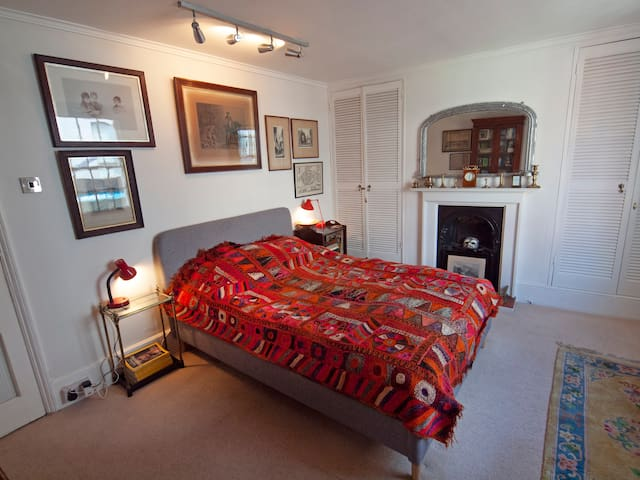 An elegant late-regency style room with double bed