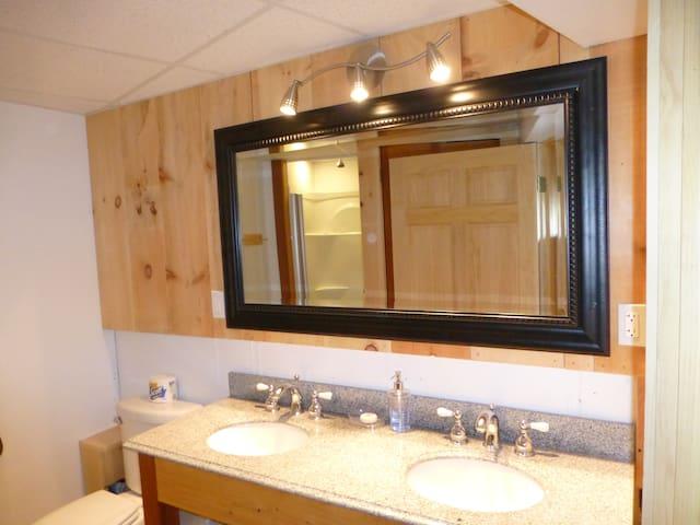 Stowe Log Cabin: Fireplace | Hot Tub | Mtn. Views - Morristown - Ház