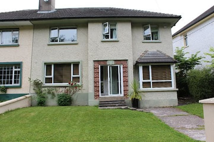 4 Bedroom House , 2 minute walk to town centre - Donegal - Casa