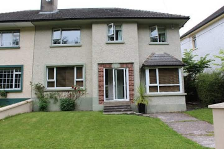4 Bedroom House , 2 minute walk to town centre
