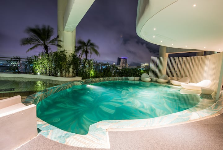 Designer condo w/ rooftop pool, gym & a great view