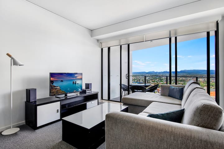 Comfortable, modern 2 bed apartment with City Views @ Sierra Grand Broadbeach