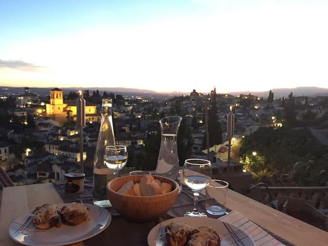 The Sunset House. Charming Alhambra - Granada - House