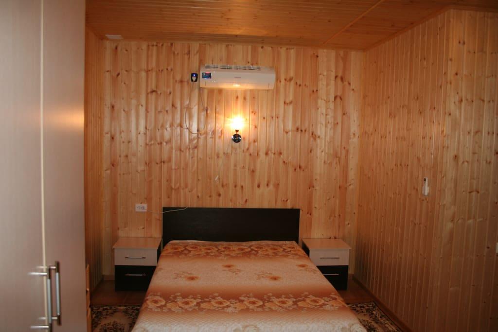 Большая двухспальная кровать.