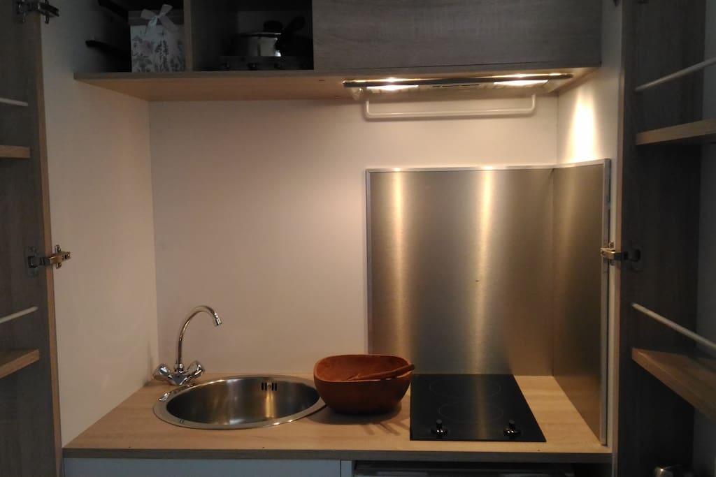 Kitchenette avec petit frigo