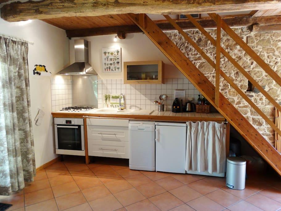 Cuisine avec, entre autres,   four de qualité, frigidaire congélateur Liebherr, lave-vaisselle, machine à laver, cafetière Nespresso & cafetière Grand volume, grille pain etc....