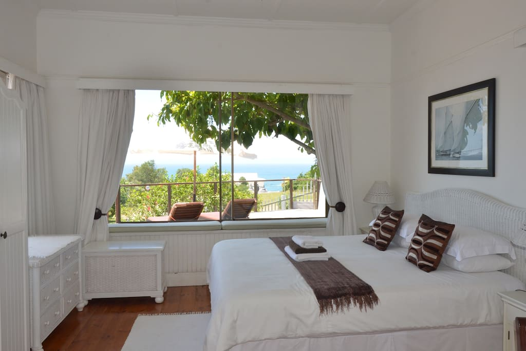 Main bedroom with sea view.