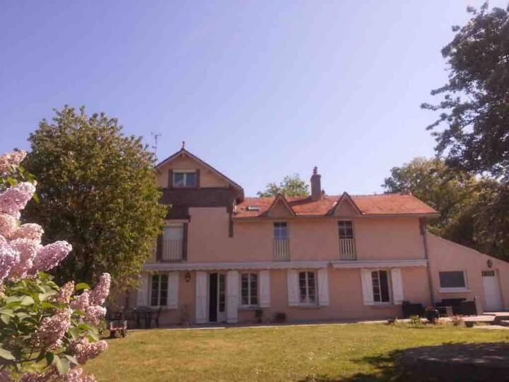 Grande chambre et accès à la piscine du Paradou
