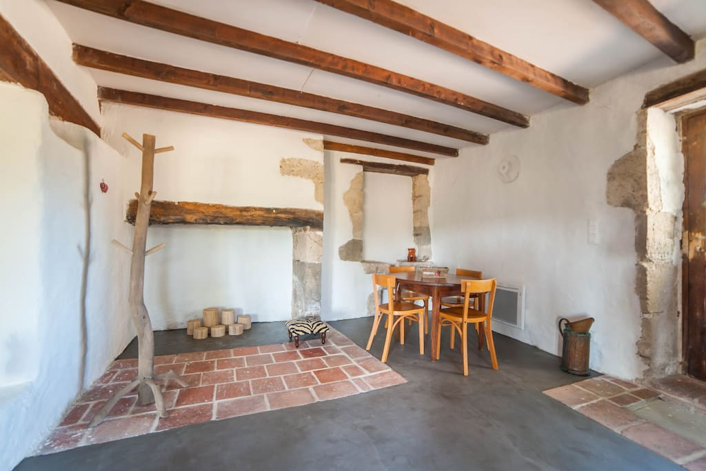 Coin salle à manger avec cheminée