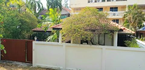 Small house near the kamala beach, 3minutes walk