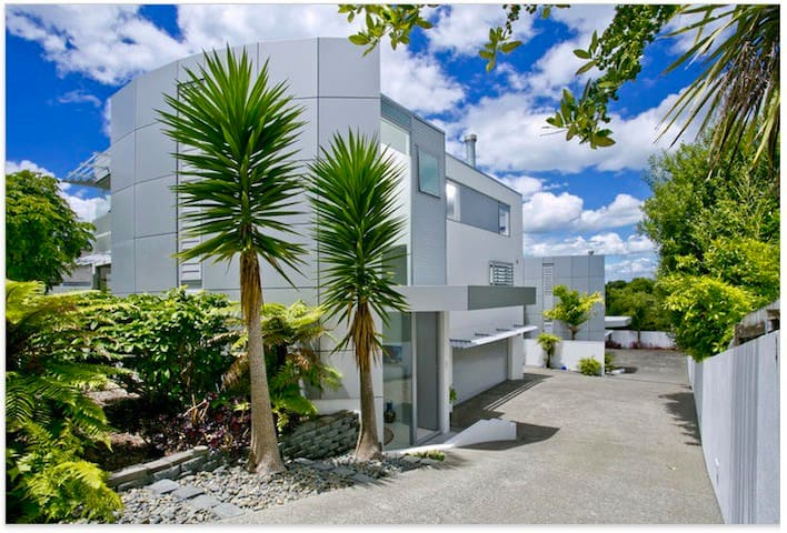Auckland Living in Idyllic Seaside Surroundings