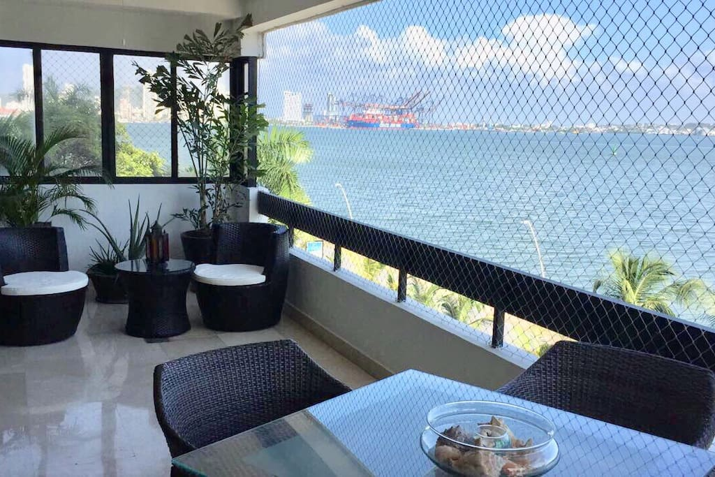 Balcón con vista a la bahía de bocagrande, castillogrande y sociedad portuaria.