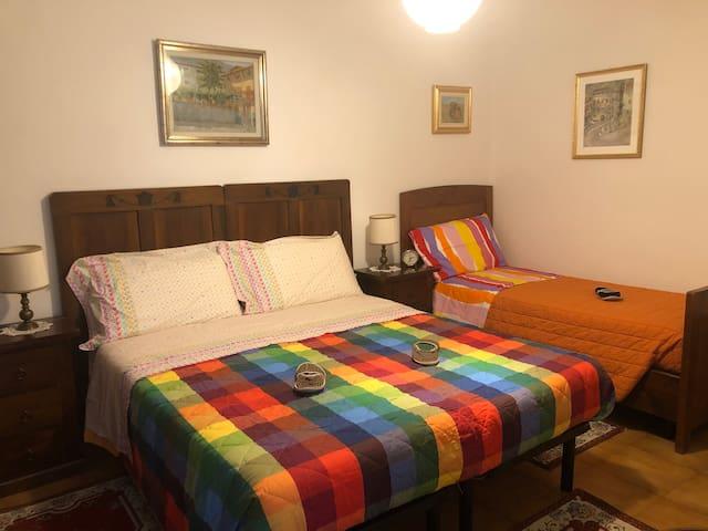 Camera da letto con letto matrimoniale e letto singolo. Il letto matrimoniale si può trasformare in due letti singoli.