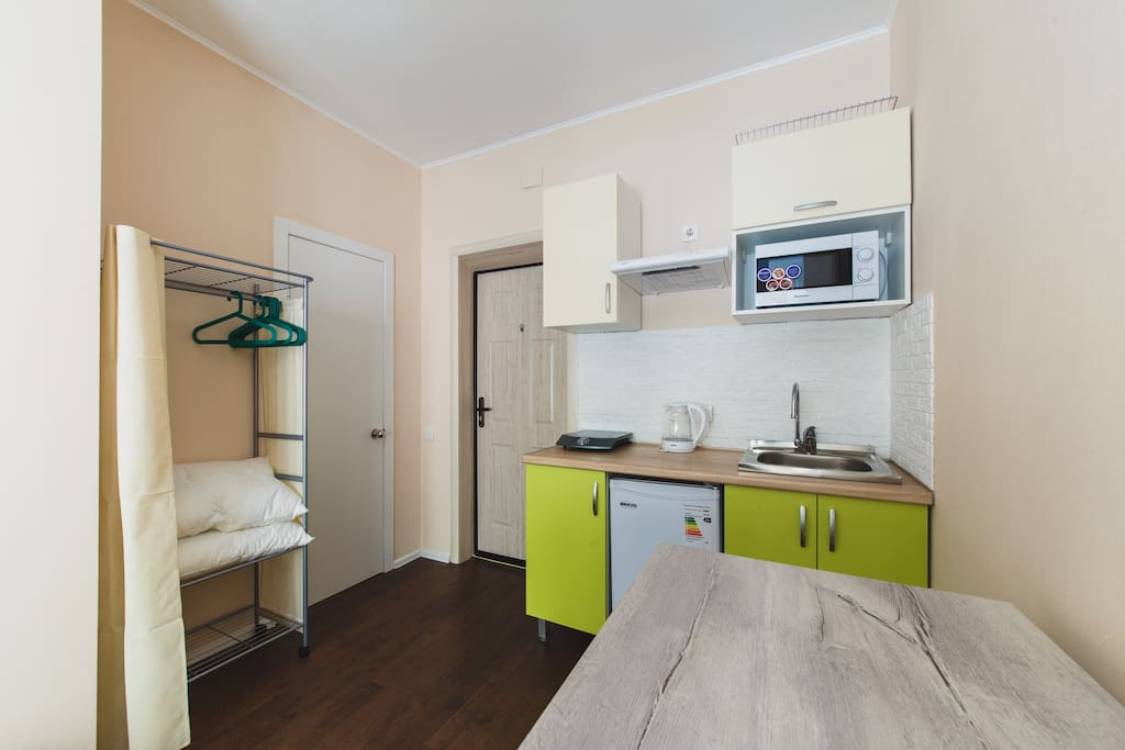 Обеденный стол, мини-кухня, гардероб