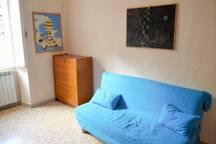 Divano trasformabile in divano letto da una piazza e mezza e mobile letto da una piazza (utilizzabili a richiesta e con integrazione)