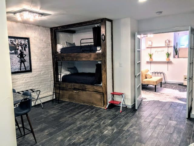 Industrial Chic DC Gem-Great w/groups  (sleeps 7)