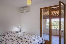 Seconde chambre avec un lit de 160*200 donnant sur une grande terrasse