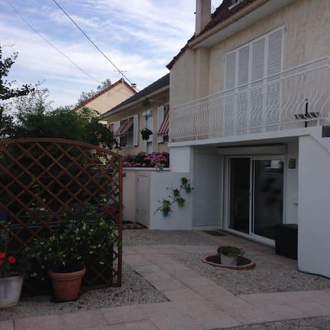 Appartement dans maison avec jardin