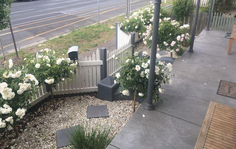 Eureka Rose B&B - Front Garden