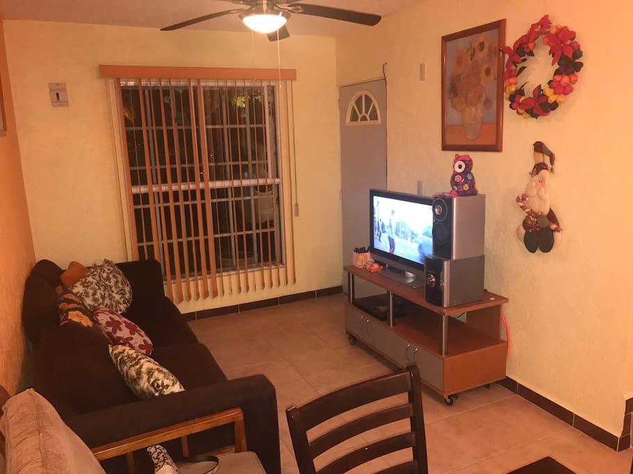 Equipo de sonido, TV y Blue Ray, sala para 5 personas.