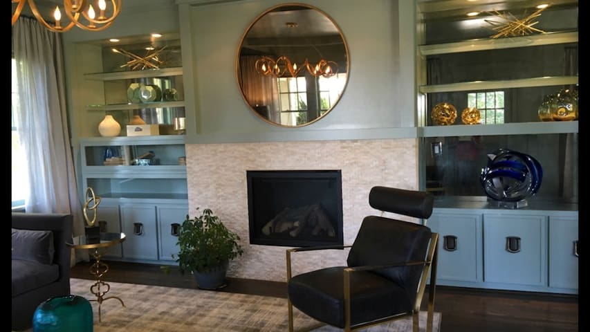 Living Room has click on fireplace