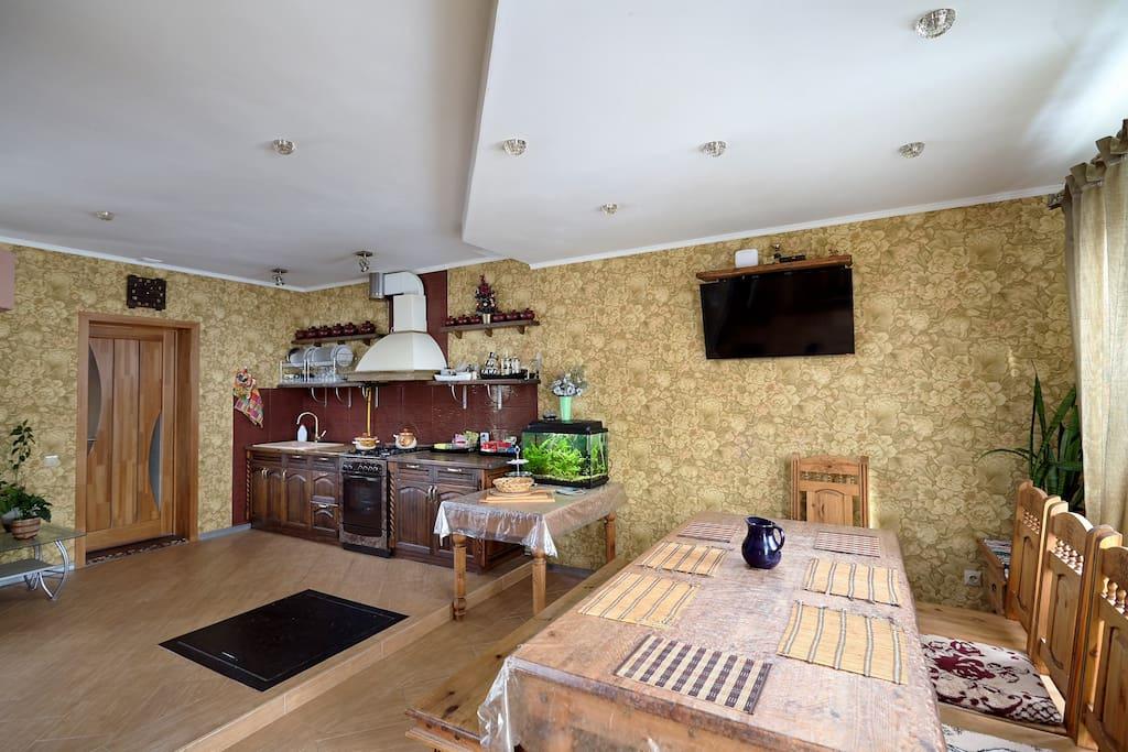 Кухня-столовая с камином