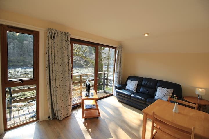 Riverside lodge, amazing views of River Spean