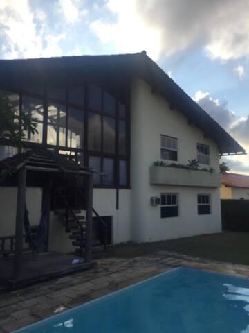 Casa em excelente condomínio privativo