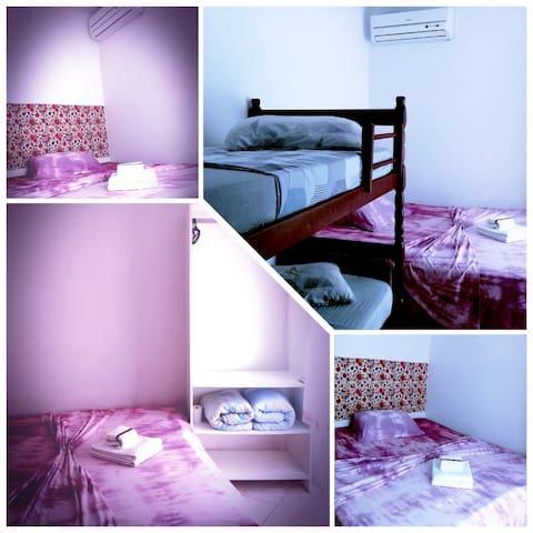 Suíte família Comporta até 4 pessoas O quarto possuí Banheiro privativo Ar condicionado Cama box casal e cama extra Armário Wi-fi