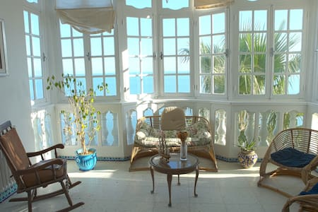 Large seafront apartment with stunning views - Carthage