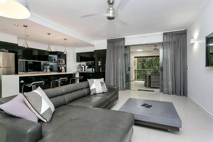 Luxury Apartment near Paradise Palms golf course