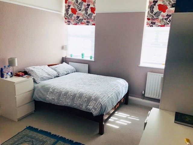 Spacious room in central 10min walk to Big Ben.