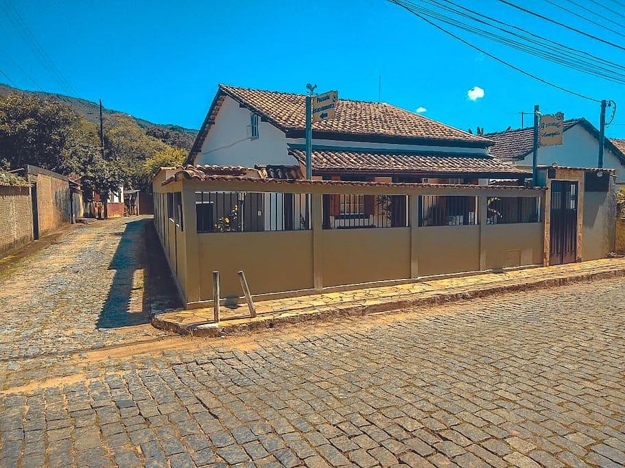 Em uma histórica rua de Tiradentes, nossa pousada se encontra em ambiente tranquilo, agradável e próximo ao centro.