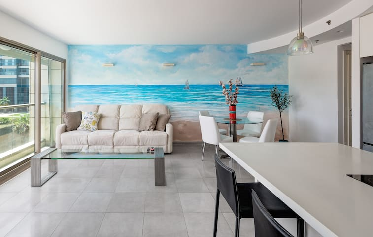 Beautiful 2bd famaly apt by the beach (pool/gym/P)