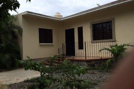 Melaque Jal. casa a 1.5 km de playa - Huis